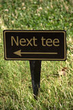 Следующий знак тройника на поле для гольфа Стоковые Изображения