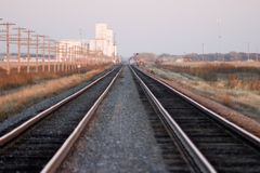 следы железной дороги зерна лифта Стоковое Изображение