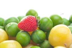 Слива клубники, зеленых и желтых Стоковое фото RF