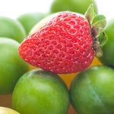 Слива клубники, зеленых и желтых Стоковая Фотография RF