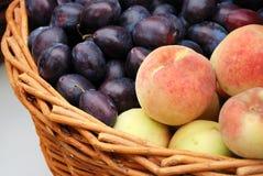 слива персика урожая корзины Стоковое Изображение RF