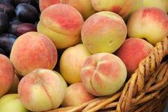 слива персика урожая корзины Стоковое фото RF