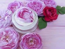 Сливк бутылки косметики обработка розовой красивая на деревянном составе продукта предпосылки Стоковые Фото