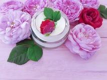 Сливк бутылки косметики розовая красивая на деревянном составе продукта предпосылки Стоковые Фото