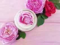 Сливк бутылки косметики розовая на деревянном составе продукта предпосылки Стоковые Изображения