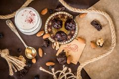 Сливк кокоса состава десерта с клубниками и гайками стоковые изображения rf