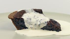 Сливк льет на пироге шоколада сток-видео