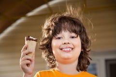 сливк мальчика есть счастливый льдед немного стоковые фотографии rf