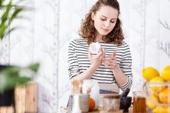 Сливк стороны vegan испытания женщины стоковая фотография