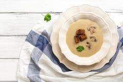 Сливк супа гриба с гренками на белой деревянной деревенской таблице, взгляде сверху Горячий суп зимы стоковое фото