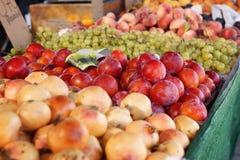 Сливы, виноградины и персики получать на счетчике в рынке в Испании Стоковые Изображения RF