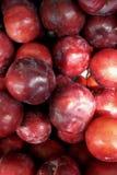 сливы свежих фруктов голубые конец вверх в коробке, коробке предпосылка в рынке иллюстрация штока