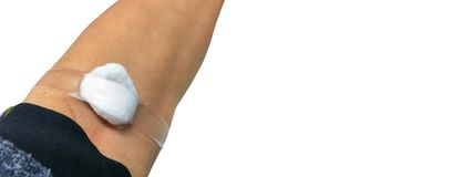 Слипчивый хлопок повязки на руке после вакцины впрыски, медицины или собрания крови Медицинское оборудование, диапазон мягкого фо стоковые фото