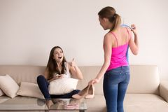 Слишком возбужденная подруга одобряет ее обмундирование друзей новое стоковое фото