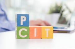 Слова ЯМЫ и CIT с красочными блоками стоковая фотография