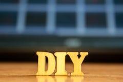 ` ` Слова diy сделанное деревянных писем стоковое фото