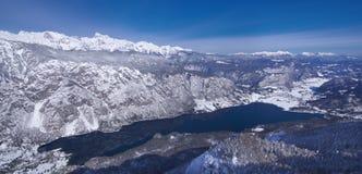 Словения, панорама над озером Bohinj - изображением зимы Стоковые Фотографии RF