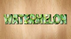 Слово арбуза предусматриванное в текстуре арбуза на разделочной доске кухни Стоковые Изображения RF