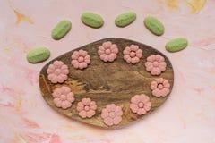 Слово ВЕСНЫ и печенья цветка на деревянной доске на розовой предпосылке Праздники весны варя концепцию стоковая фотография rf