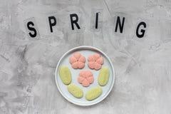 Слово ВЕСНЫ и печенья цветка на плите на серой предпосылке Праздники весны варя концепцию стоковое фото rf