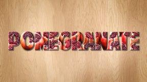 Слово гранатового дерева покрытое с плодоовощ гранатового дерева на разделочной доске кухни Стоковые Изображения RF