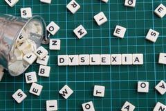 Слово дислексии сделанное квадратного слова письма на зеленой квадратной предпосылке циновки стоковая фотография