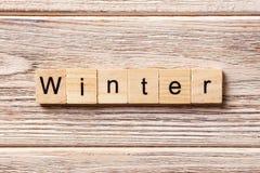 Слово зимы написанное на деревянном блоке текст на таблице, концепция зимы стоковое фото rf