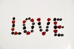 Слово знака влюбленности помечает буквами сочинительство от ягод Стоковые Фотографии RF