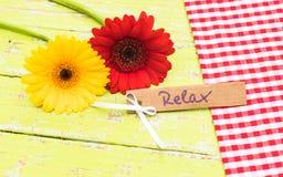 Слово карточки ослабляет с красивыми цветками Стоковая Фотография