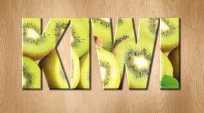 Слово кивиа покрытое с плодоовощ кивиа на разделочной доске кухни Стоковое Изображение RF