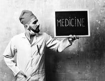 Слово медицины написанное на классн классном которое держится доктором Стоковое Фото