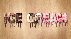 Слово мороженого покрытое с плавя мороженым на деревянной разделочной доске Стоковые Изображения