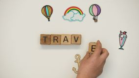 Слово на деревянных кубах сделанных ребенком, отклонение перемещения школы, открывать новый сток-видео
