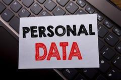 Слово, писать личные данные Концепция дела для предохранения от цифров написанного на липкой бумаге примечания на темной предпосы Стоковое фото RF