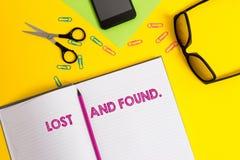 Слово писать найденный текст потерянный и Концепция дела для места где потерянные детали хранятся до тех пор пока они не исправят стоковые фото