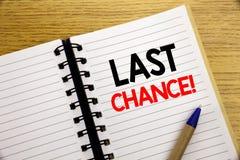 Слово, писать последний шанс Концепция дела для законцовки времени крайнего срока написанной на блокноте с космосом экземпляра на Стоковая Фотография