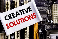 Слово, писать творческие решения Концепция дела для думать бредовой мысли написанный на липком примечании, предпосылке главного п Стоковое фото RF