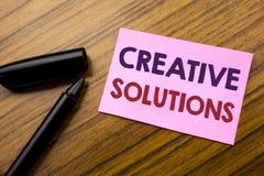 Слово, писать творческие решения Концепция дела для думать написанный на бумаге липкого примечания красной, деревянное острослови Стоковое фото RF