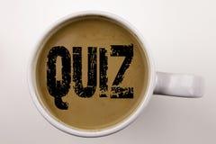 Слово, писать текст викторины в кофе в чашке Концепция дела для концепции экзамена образования испытания на белой предпосылке с к бесплатная иллюстрация