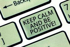 Слово писать текст держит спокойствие и положительно E стоковые фотографии rf