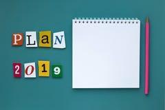 Слово писать текст - план 2019 Открытая пустая тетрадь на зеленой предпосылке запланирование изображения принципиальной схемы 3d  стоковое фото rf