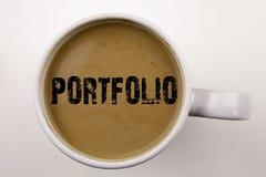Слово, писать текст портфолио в кофе в чашке Концепция дела для дизайна маркетинга дела на белой предпосылке с космосом Blac стоковое фото