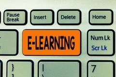 Слово писать учить текста e Концепция дела для уроков проведенных через электронные средства массовой информации типично в Интерн стоковая фотография