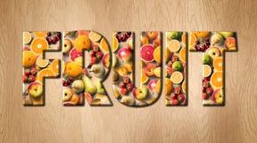 Слово плодоовощ покрытое с различными плодоовощами на разделочной доске кухни Стоковое Изображение RF