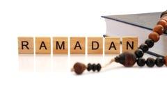 Слово Рамазан с деревянными письмами и розарием стоковое изображение