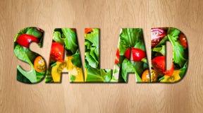 Слово салата покрытое с различными овощами на разделочной доске кухни Стоковые Фото