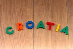 Слово ХОРВАТИЯ положено вне от покрашенных пластиковых писем стоковые фотографии rf