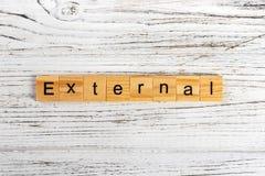 Слово EXTERNAL сделанное с деревянной концепцией блоков стоковые изображения rf