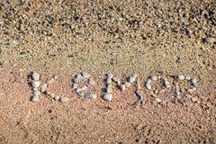 Слово Kemer положено вне камешками на пляж Средиземного моря стоковые изображения rf