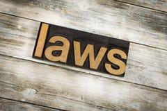 Слово Letterpress законов на деревянной предпосылке стоковые изображения rf